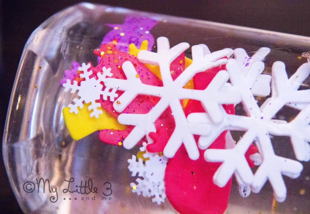 Make WINTER SENSORY BOTTLES - fun exploration for babies and toddlers.