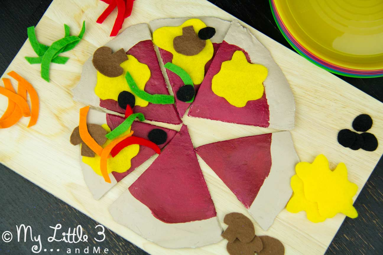 HOMEMADE PIZZA PLAY SET Your kids will enjoy hours of imaginative play and learning with this easy to make and very realistic pizza play food set