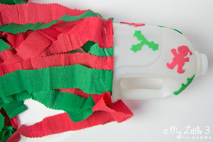 Love simple Christmas kids crafts? Here's a Fun Festive Wind Sock. So wrap up warm and get your little ones outside for a good run-a-round. (mylittle3andme.co.uk)