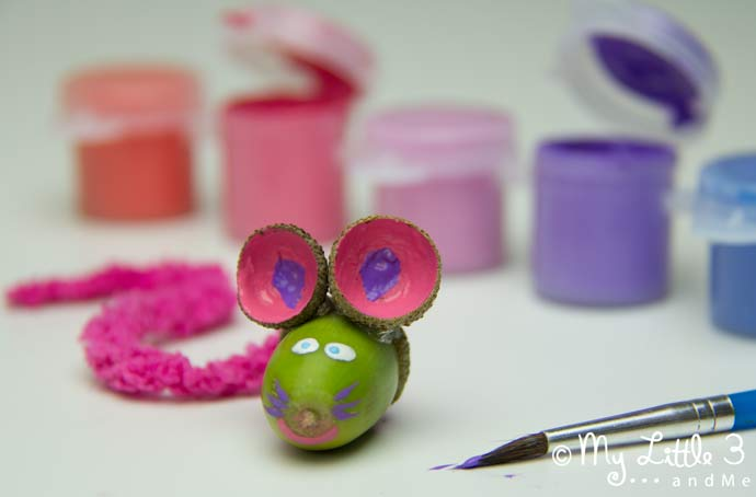 We love these adorable ACORN MICE! Get the kiddies out collecting for this acorn craft project today! Autumn crafts for kids are such fun. Squeak!