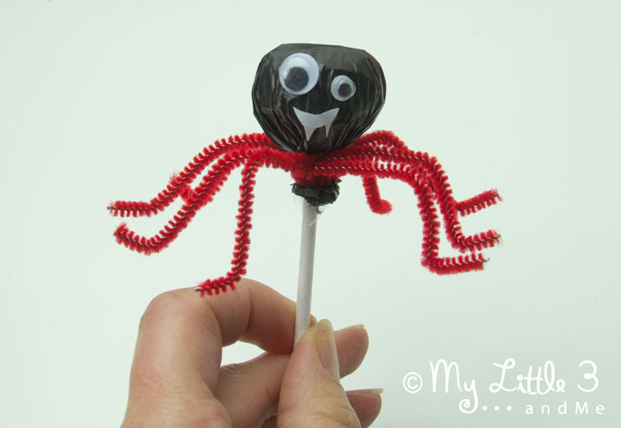 Cute Lollipop Spiders, fun and easy Halloween treats for kids.