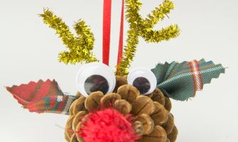 Cute-Pinecone-Reindeer-Christmas-craft-for-kids