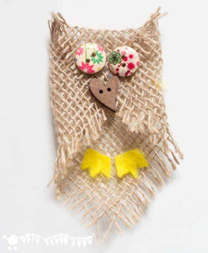 Cute burlap baby owl. Adorable no-sew button and burlap owl craft. An easy owl craft for kids and grown ups that can be used to make lots of lovely unique homemade owl gifts too.